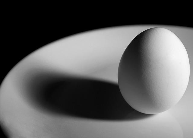 テーブルの上に立つ卵