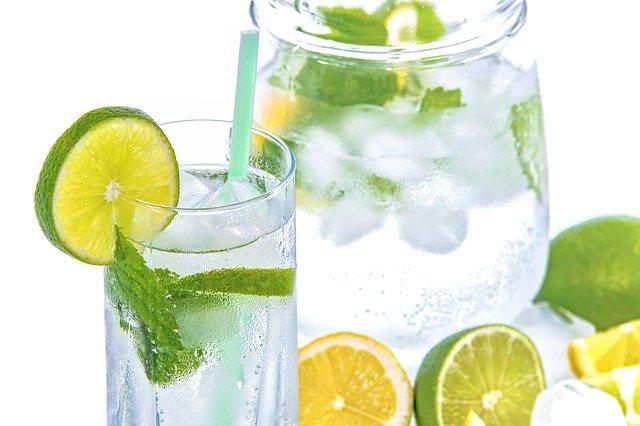 氷の入った冷たい水(ライムとレモン入り)