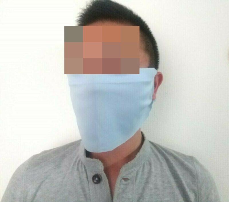 Tシャツマスクを付けた正面の写真