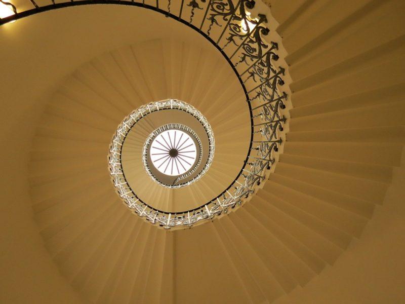 螺旋階段でどこまでも続く印象の画像
