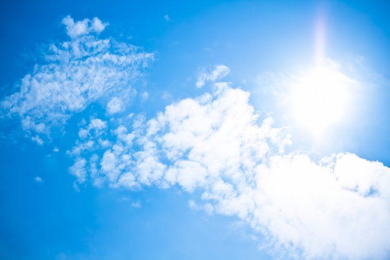 晴天で太陽が見える気持ちいい青空の画像