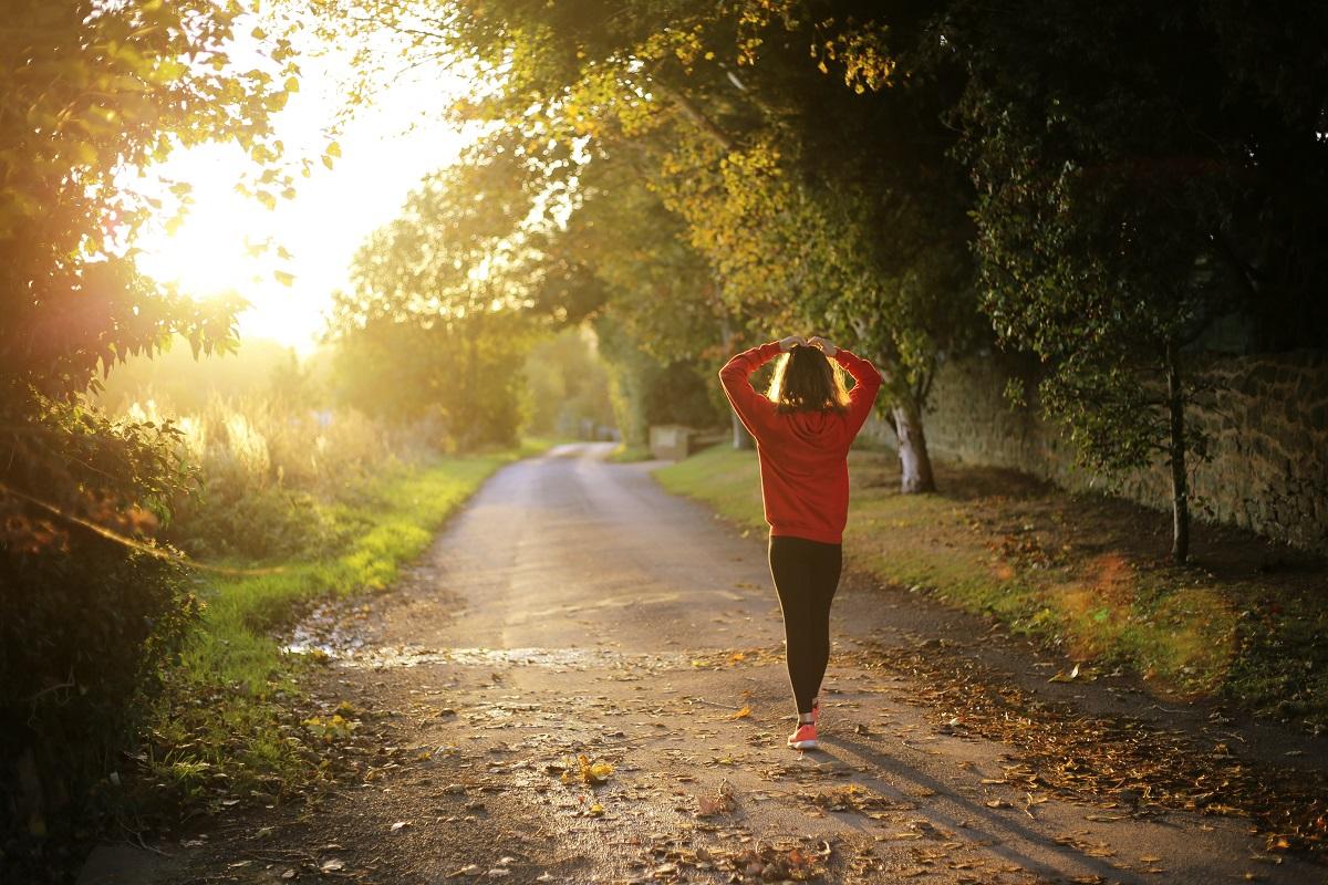 朝日に向かって走る女性の画像