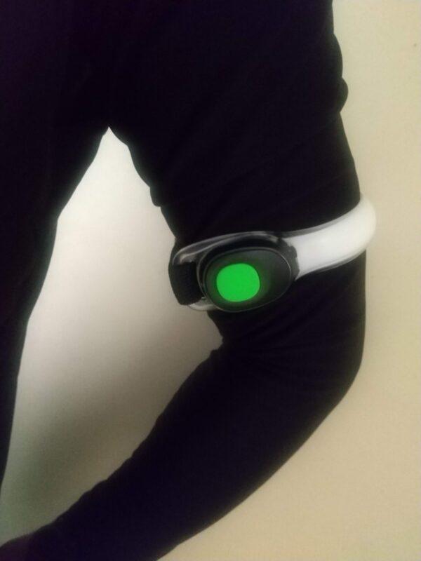 『Unique Spirit ランニングライト』を左腕に付けた画像