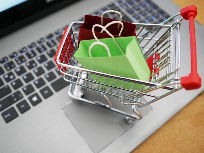 買い物カゴとパソコンの画像